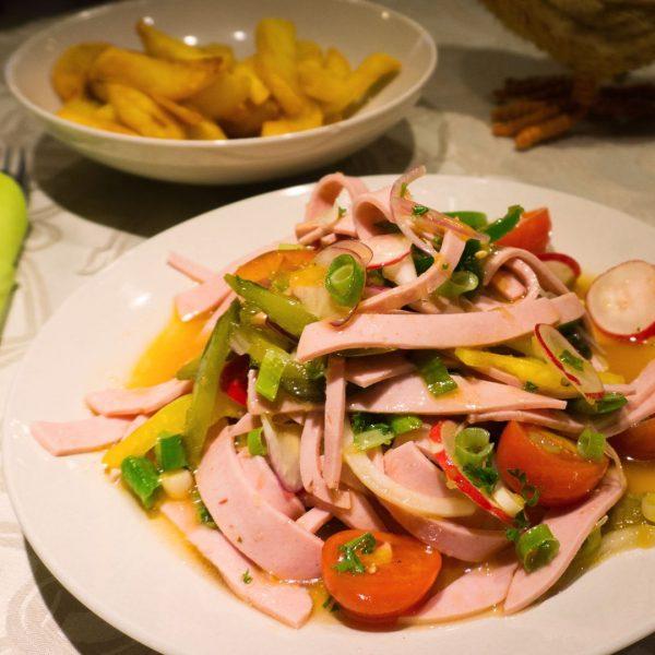 Hausgemachter-Wurstsalat-mit-Pommes-Frites