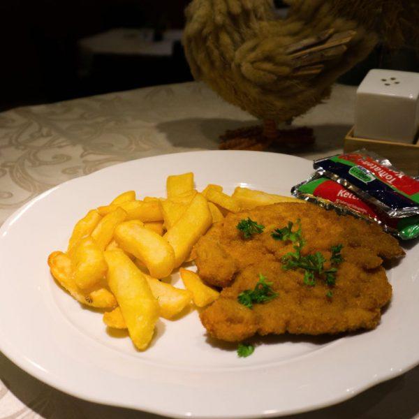 Kinderteller-Schnitzel-mit-Pommes-Frites-und-Ketchup